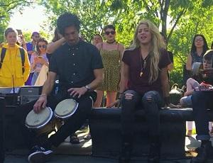 Shakira śpiewa w parku - koncert niespodzianka z Chantaje